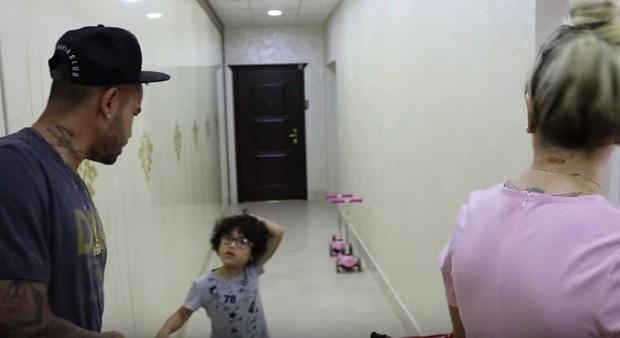Dani Souza e Dentinho com o filho (Foto: Reprodução/Youtube)
