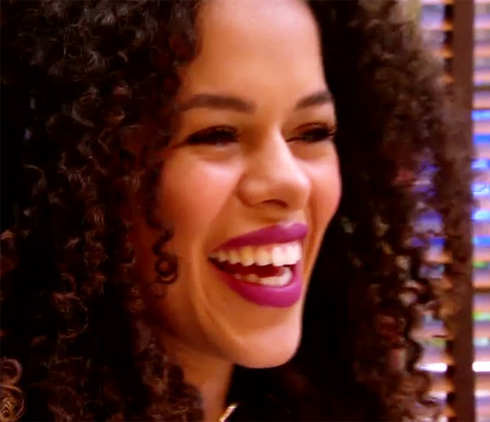 Que linda! Blogueira Rayza Nicácio ficou um sucesso com o batom roxo, queridinho da estação (Foto: TV Globo)