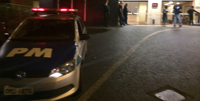 Polícia na porta do hotel do Palmeiras em Goiânia (Foto: Marcelo Hazan)