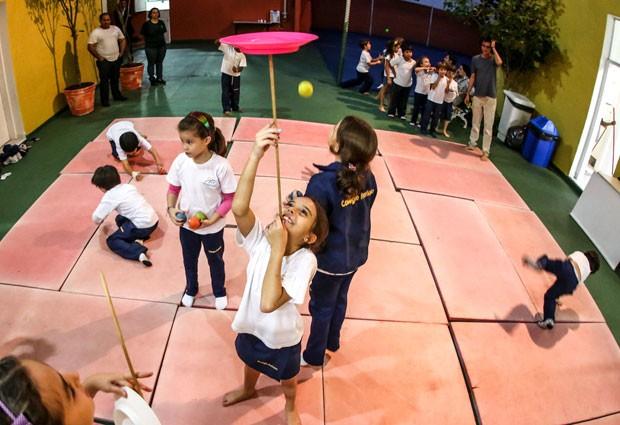 Na aula de circo no Colégio Itatiaia, crianças têm noções de acrobacia, equilíbrio e teatro (Foto: Raul Zito/G1)