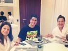 Enzo Celulari prepara almoço de domingo para a família