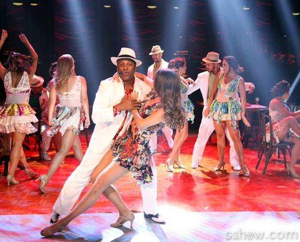 Aílton Graça mostra que tem samba no pé e na voz (Foto: Carol Caminha / TV Globo)