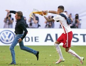 Ralf Rangnick sente dor na coxa ao correr de Davie Selke na comemoração do acesso do Leipzig à Bundesliga