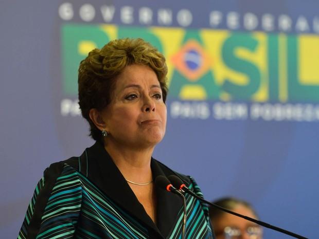 A presidente Dilma Rousseff se emociona e chora ao receber o relatório final dos trabalhos da Comissão Nacional da Verdade, em Brasília (Foto: Antonio Cruz/Agência Brasil)