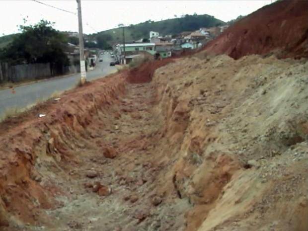 Prefeitura abriu vala em terreno de Itajubá para absorver deslizamentos de terra (Foto: Luciano Lopes)
