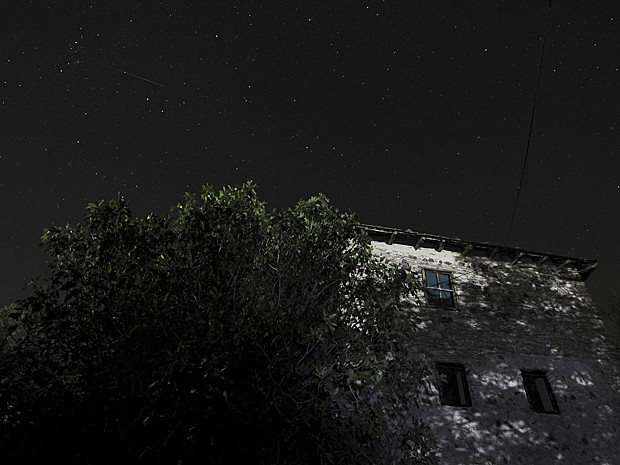 Imagem de longa exposição mostra meteoro na aldeia de Kozle, a sudeste de Skopje, na Macedônia, no início desta terça (13) (Foto: Boris Grdanoski/AP)