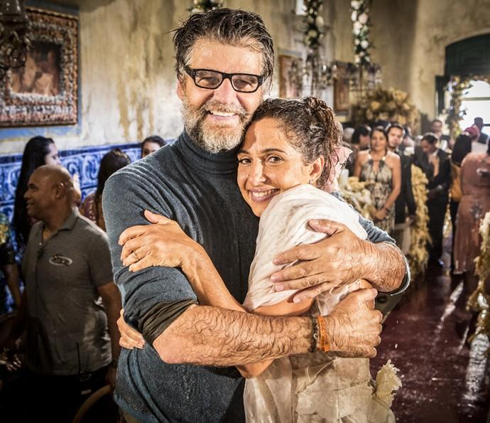Diretor artístico Luiz Fernando Carvalho abraça Camila Pitanga após a última gravação da novela (Foto: Felipe Monteiro/ Gshow)