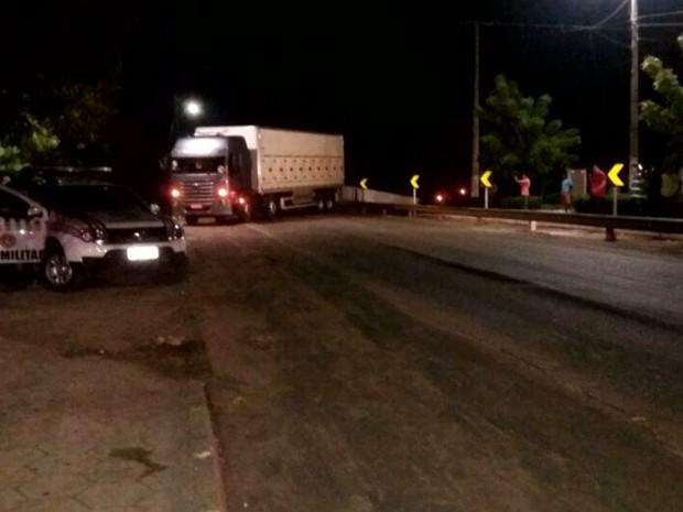 Policiais Militares do 15º BPM atravessaram um caminhão na pista para impedir ação dos criminosos em Bacabal (MA) (Foto: Reprodução/TV Mirante)
