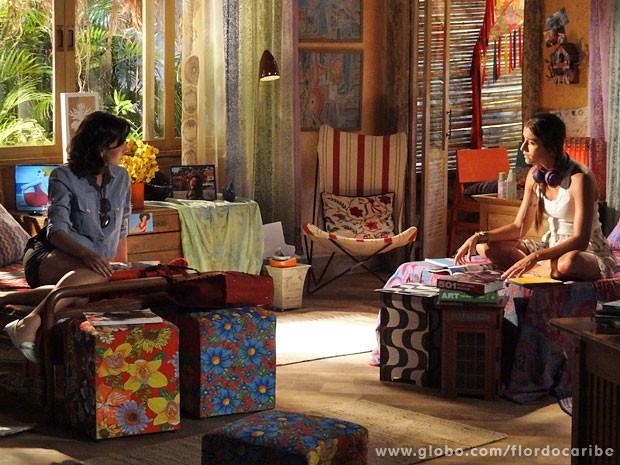Mila suspeita que Juliano esteja afim de Carol (Foto: Flor do Caribe / TV Globo)