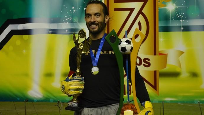 Goleiro do Santos-AP, Rafael Dal Ri, com a taça do Amapazão 2015 (Foto: Rafael Moreira/GE-AP)