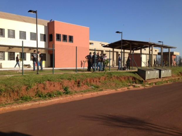 Presos fazem rebelião na Penitenciária Estadual de Cruzeiro do Oeste (Foto: Camila Simões/RPC TV)