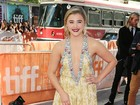 Chloë Moretz chama a atenção com vestido decotado em première