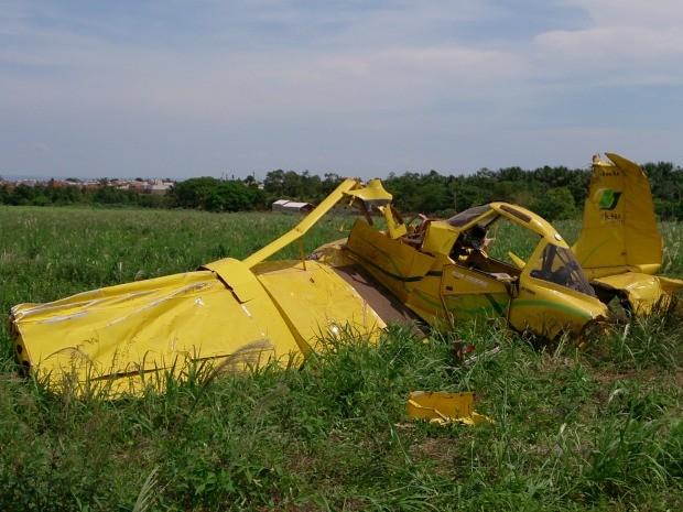 Aeronave ficou totalmente destruída, mas o piloto sofreu apenas ferimentos considerados leves. (Foto: Marcelo Souza / TVCA)