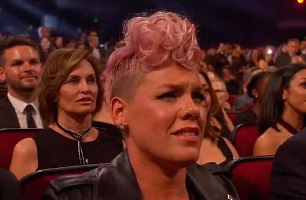 A cantora Pink assistindo à apresentação de Christina Aguilera no 2017 American Music Awards (Foto: Reprodução)