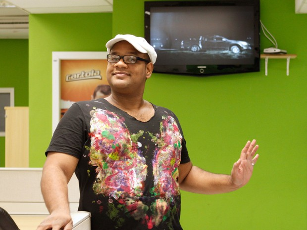 André Gabeh comenta o paredão na redação do EGO no Rio (Foto: Jessica Monstans / EGO)