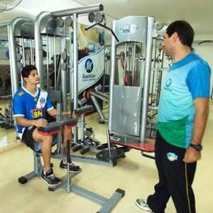 Da Silva se recupera de uma cirurgia no joelho  esquerdo (Foto: Ricardo Guimarães/ Assessoria MCFC)