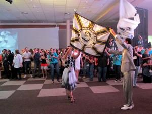 Escola de samba da Sangue Jovem participa da noite de gala do Festival de Cinema de Santos, SP (Foto: Jonatas Oliveira/G1)