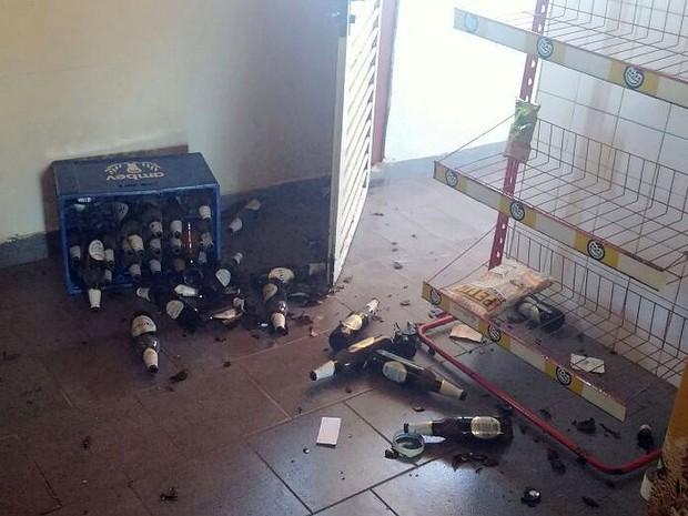 Organizadores dizem que, além de bebidas, carro também foi roubado (Foto: Araripe Castilho/G1)