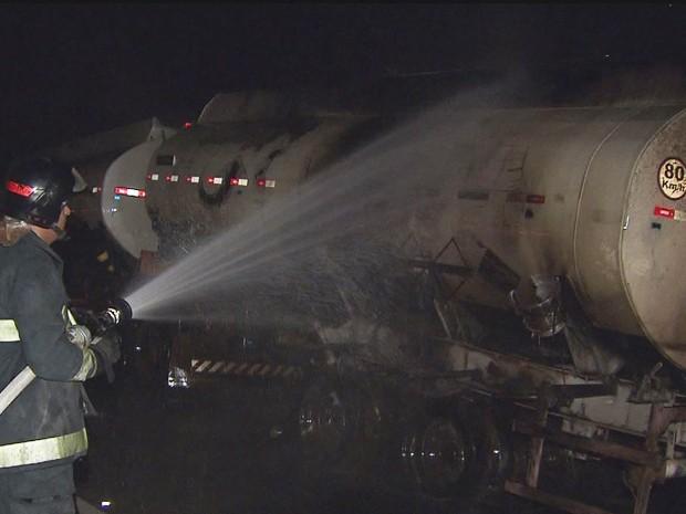 Bombeiros apagaram o fogo do caminhão (Foto: Reprodução/TV Tribuna)