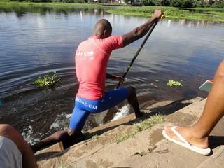 Atleta de canoagem de Ubaitaba faz simulador improvisado nas águas do Rio de Contas (Foto: Raphael Carneiro)