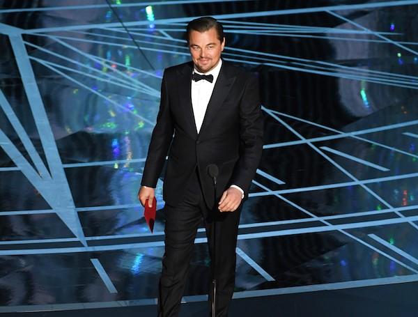 O ator Leonardo DiCaprio com o suposto envelope causador da confusão no Oscar (Foto: Getty Images)