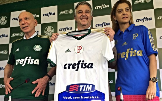 Paulo Nobre (centro), presidente do Palmeiras, com patrocinadores José Roberto Lamacchia e Leila Pinheiro, da Crefisa (Foto: Divulgação)
