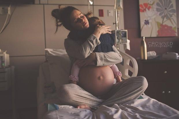 Mãe e filha compartilham momento único no hospital (Foto: Laura Paulescu)