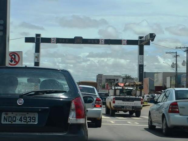 Trânsito precisou ser controlado pela PRF e PM (Foto: Pâmela Fernandes/G1)