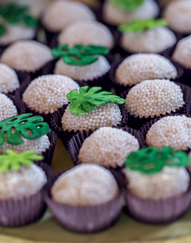 Brigadeiros decorados com miniatura de folhas de costela-de-adão (Foto: Thais Galardi/GNT)