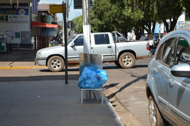 Lixeira fica cerca de 50 metros de um posto de combustível (Foto: Magda Oliveira/G1)