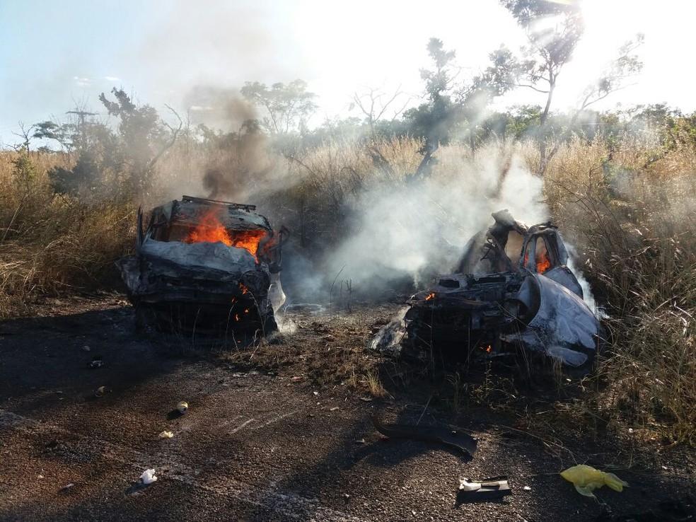 Ambulância e carro pegaram fogo após batida (Foto: Divulgação)