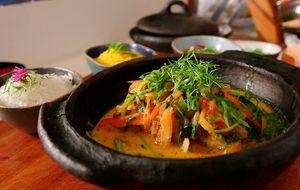 Moqueca baiana fácil de fazer servida com pirão de peixe e farofa de dendê