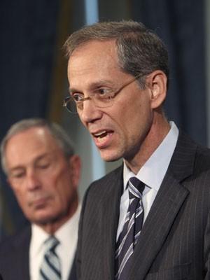Thomas Farley, com o prefeito de Nova York, Michael Bloomberg, ao fundo (Foto: AP Photo/Seth Wenig)