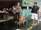 Fernanda Gentil passeia com o pai e o cachorro em shopping no Rio