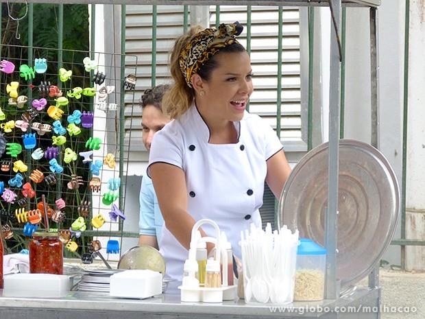 Cheia de entusiamo, Bernardete começa a vender seu angu na rua (Foto: Malhação / TV Globo)