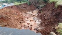 Após chuva forte, cratera se forma e 'engole' rua  (Gabriel Gouveia/Arquivo Pessoal)