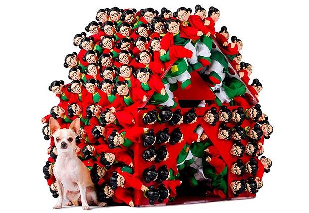 Broissin - Apesar do formato mais clássico, esta casinha tem um diferencial: cheia de furinhos, permite ser customizada. Na foto, várias bonecas da Chiquinha, personagem do seriado mexicano Chaves, decoram a fachada (Foto: Divulgação Archdaily)