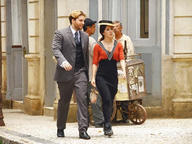 Laura resolve ir ao jornal atrás de Antônio Ferreira e Edgar vai atrás (Foto: Lado a Lado/TV Globo)