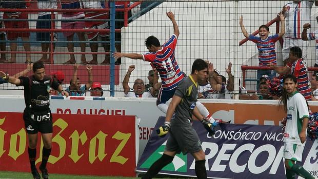 Assisinho comemora um dos dois gols marcados contra o Icasa, ex-time do baixinho (Foto: Tuno Vieira/Agência Diário)