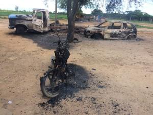 Criminosos atearam fogo em veículos da vítima (Foto: Polícia Militar/Divulgação)