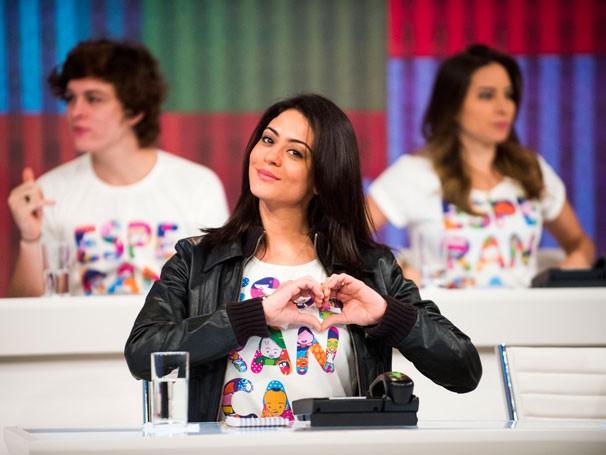 Carol Castro no mesão (Foto: Globo)
