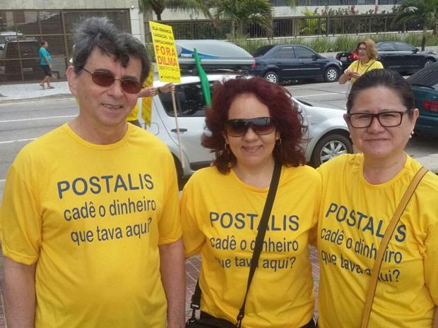 Funcionários dos Correios vestiram camisas amarelas com 'Postalis' estampado, em referência ao fundo de pensão da estatal (Foto: Katherine Coutinho / G1)
