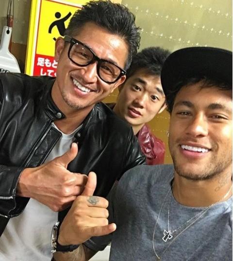 """BLOG: Neymar tieta atacante japonês que atuou pelo Santos: """"Grande Kazu!"""""""