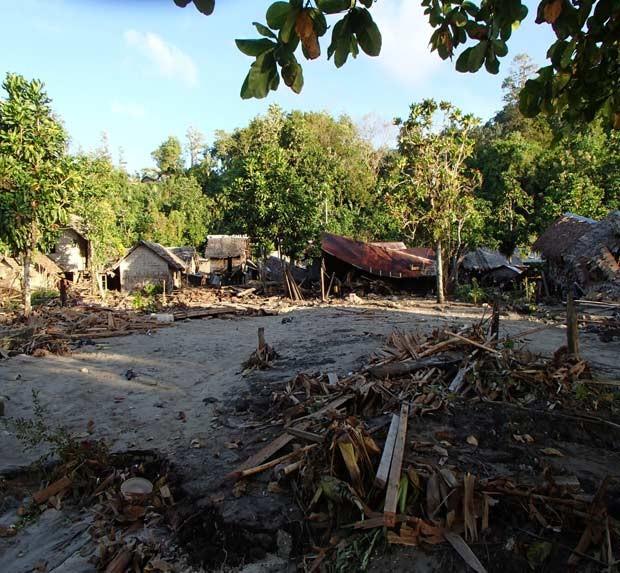 Cadas danificadas por tsunami nesta quarta-feira (6) em Lata, na província de Temotu, nas Ilhas Salomão (Foto: AP)