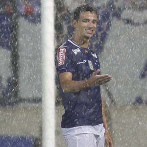 Leandro Damião em ação pelo Cruzeiro contra o Villa Nova-MG (Foto: Washington Alves/ Light Press)