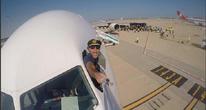 Rafinha em chegada a Barcelona (Foto: Reprodução Twitter)