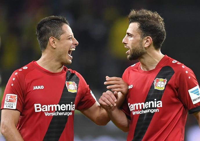 Javier Chicharito Hernandez e Admir Mehmed comemoram gol do Bayer Leverkusen (Foto: AP Photo/Martin Meissner)