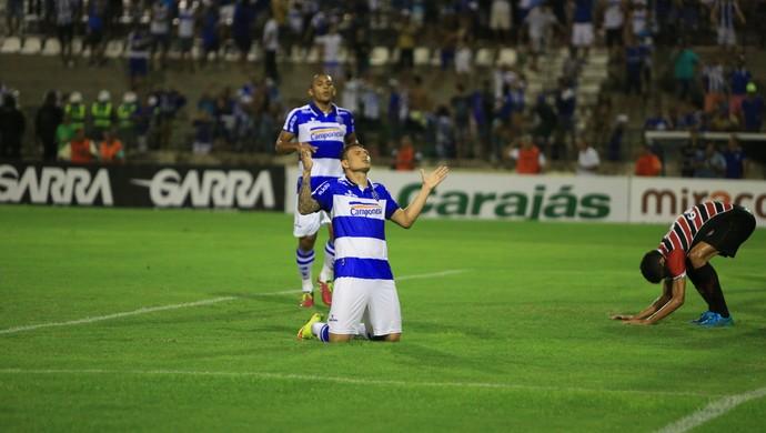 Sozinho, Rafael Oliveira comemora terceiro gol do CSA na partida disputada no Rei Pelé (Foto: Ailton Cruz / Gazeta de Alagoas)
