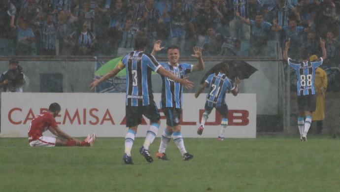 Fernandinho marca e empata Gre-Nal em 2 a 2 (Foto: Diego Guichard)
