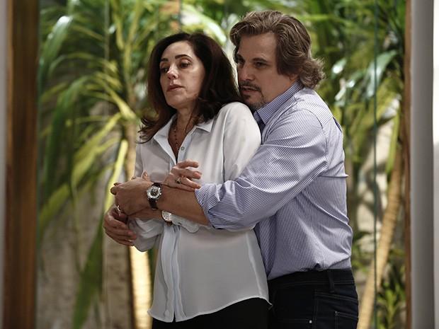 Marcelo faz de tudo para agarrar Maria Inês (Foto: Inácio Moraes/Gshow)